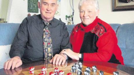 Seit 50 Jahren sind Maria und Erwin Ballis verheiratet. Heute feiern sie ihre goldene Hochzeit. In ihrer Freizeit spielen sie gerne Mühle am eigens dafür angefertigten Wohnzimmertisch.