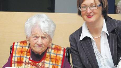 Ihren 100. Geburtstag feierte am Freitag 30. April im AWO-Seniorenheim Höchstädt Frieda Wolf aus Diematstein. Im Bild rechts neben der Jubilarin Heimleiterin Maria Fischer-Niebler.