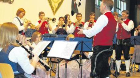 Die Original Kesseltaler Blasmusik unter der Leitung von Jochen Ruf bestritt einen Großteil des Programms beim dritten Bissinger Muttertagskonzert. Die Lolli-Pops vom FC Gundelfingen sorgten für viel Schwung.