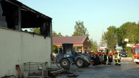 Ein Kieswerk in Aislingen geriet am Freitagabend in Brand. Der Schaden beläuft sich auf 200.000 Euro.