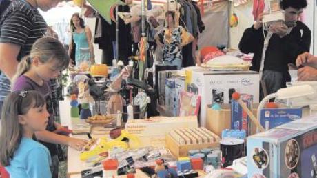 Da war für jeden etwas dabei: Beim Spendenflohmarkt vor dem Festzelt reichte das Angebot von Puppe bis Lampe.