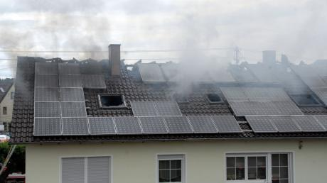 Der Dachstuhl dieses Hauses in Fronhofen brannte am Samstagnachmittag aus.