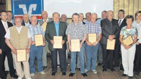 Abgebildet sind die anwesenden langjährigen Mitglieder zusammen mit dem Raiffeisen-Vorstand Wolfgang Neudert (ganz links), dem Vorstandsvorsitzenden Franz Jall (Dritter von rechts) und der Aufsichtsratsvorsitzenden Barbara Bschorer (ganz rechts).
