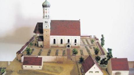 So sieht das fertige Modell des Blindheimer Kirchplatzes von 1704 aus – nur die kleinen handbemalten Figuren fehlen noch. Bald kann man das Kunstwerk im Heimatmuseum von Blindheim bestaunen. Fotos: Daniel Hassolt