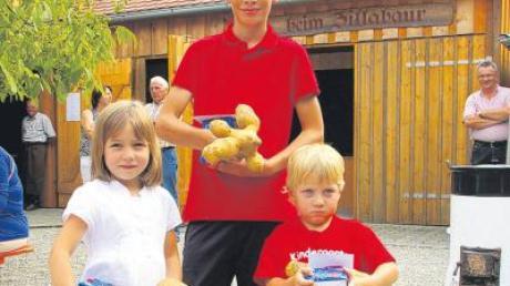 Für das Finden der größten und schwersten Kartoffel wurden ausgezeichnet (von links): 3. Platz Franziska Linder (694 Gramm), 1. Platz Florian Scherer (1152 Gramm) und 2. Platz Benedikt Schaflitzel (720 Gramm).