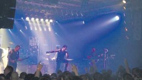 """Die Rammstein-Tributeband """"Stahlzeit"""" trat am ersten Weihnachtsfeiertag in der Sporthalle in Glött auf."""