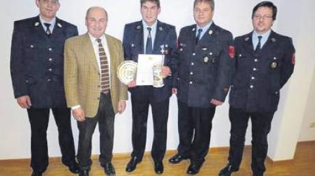 Kommandant Jürgen Feil und Bürgermeister Friedrich Käßmeyer (von links) ehren Strobel Andreas. Kreisbrandmeister Uwe Neidlinger und Vorsitzender Peter Sailer gratulieren.