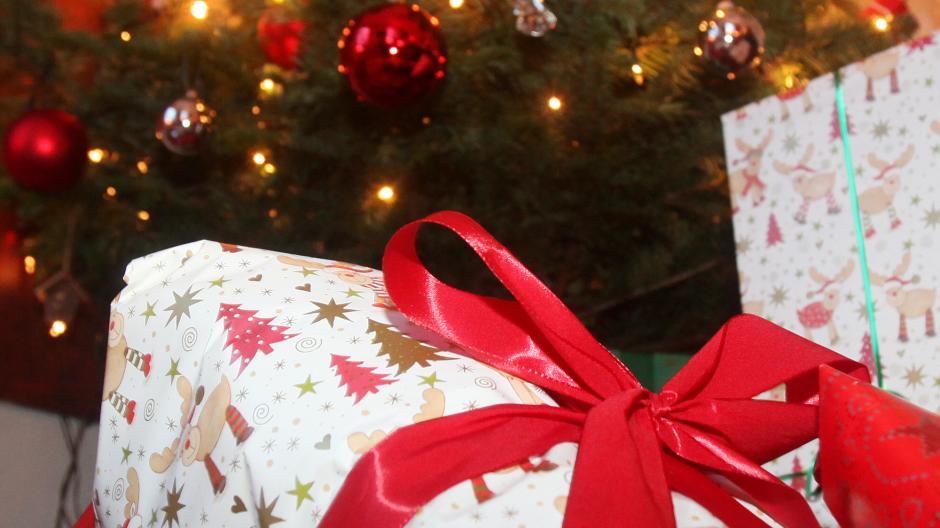 Weihnachten: Die Tradition des Schenkens - Promis, Kurioses, TV ...