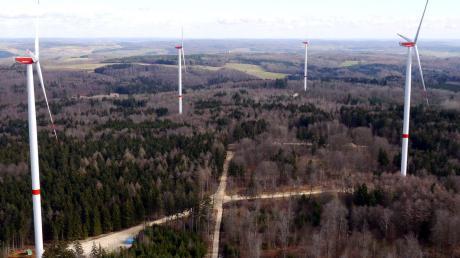 Seit 2013 drehen sich im Wald bei Zöschingen insgesamt acht Windräder. In den ersten beiden Jahren blieb ihre Leistung hinter den Erwartungen zurück. Trotzdem ist Betreiber Georg Honold hoffnungsfroh.
