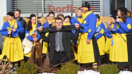 Die Heuberghexen spannten bei ihrem ersten Rathaussturm in Zöschingen Bürgermeister Tobias Steinwinter in die Schandgeige.