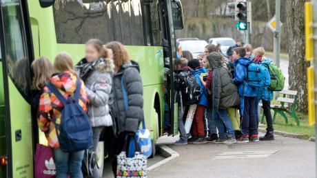Um zum Schulbus zu gelangen, müssen die Kinder in Glött über die Kreisstraße laufen