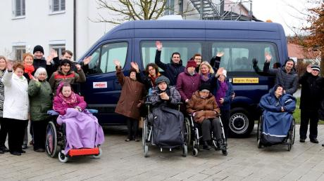 """Ein rollstuhlgerechter Kleinbus konnte dank der großzügigen Hilfe der """"Aktion Mensch"""" für Regens Wagner Glött gekauft werden."""