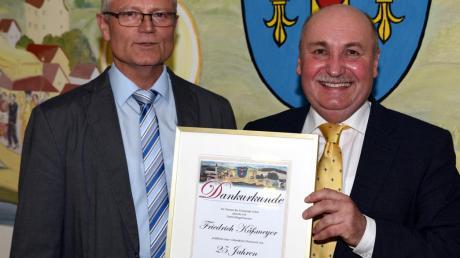 Bürgermeister Friedrich Käßmeyer aus Glött wurde für seine 25-jährige ehrenamtliche Tätigkeit von der Gemeinde durch Zweiten Bürgermeister Wolfgang Herzog mit einer Urkunde geehrt.