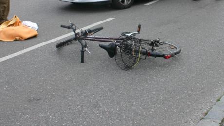 Schwere Verletzungen hat ein Fahrradfahrer nach einem Sturz in Schwabmünchen davongetragen. Die Polizei sucht Zeugen.