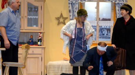Turbulent geht es zu im Hause von Anton (links). Schwägerin Agathe fällt in Ohmacht, Nachbarin Martha (Mitte) schwätzt und schwätzt, Schwager Karl-Otto leidet unter einem Überfall und Mutter Rita (rechts) verlässt das Haus.
