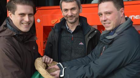 Im Bild von links Stephan Hasse und Robert Knittel vom Amt für Ernährung, Landwirtschaft und Forsten in Wertingen und Landwirt Matthias Kleiber aus Medlingen. In der Hand hält er Samen verschiedener Zwischenfrüchte.