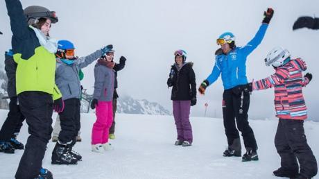So macht Wintersport Spaß: Felix Neureuther beim Aufwärmen auf der Piste mit den Schülern der Klasse 5b, links vorne im Bild Schülerin Milena Hahn, rechts im Bild Schülerin Anna Lemmer.