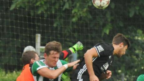 Die FCGler Torhüter Tobias Braunmiller und Fabio Kühn warfen sich ins Getümmel mit Memmingens Denis Hoffmann (von links).
