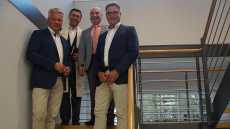 Auf der Treppe zum neuen Obergeschoss: Die Geschäftsführer Alexander Heidel (links) und Johannes Heidel (rechts) mit Pfarrer Josef Kühn und Bürgermeister Friedrich Käßmeyer.