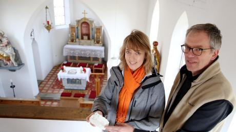 In Zusammenarbeit mit Architekt Martin Becker erstellt Restauratorin Christine Hitzler das Konzept für eine genaue Befundsicherung. Hitzler überprüft, ob der alte Zustand der Kirche wiederhergestellt werden kann.
