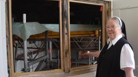 Oberin Eva Ortner rechnet damit, dass die Restaurierungsarbeiten in der Margarethenkapelle mindestens noch zwei Jahre dauern werden. Von der Sakristei drang der Rauch über dieses Fenster der Kapelle in die Flure des Klosters.