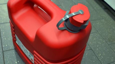 Zwei Kanister hatte der radelnde Benzin-Dieb in Schrobenhausen dabei.