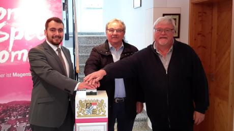 Schnelles Internet für 200 weitere Haushalte in Schwenningen, im Bild von (von links) Markus Braun (Telekom Technik), Reinhold Schilling (Bürgermeister) und Thilo Böck (Telekom Technik).