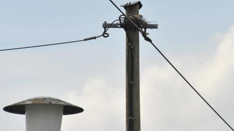 In Ettenbeuren ist bei einem Unfall ein Telefonmast beschädigt worden.
