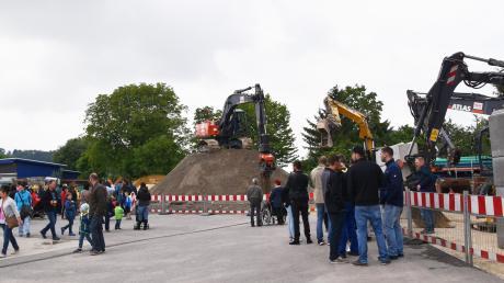 Zum Tag der offenen Tür bei der Firma Heidel in Glött kamen viele Besucher. Die Blicke zogen vor allem die großen Bagger in Aktion auf sich.