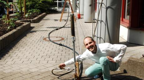Artur Liegl, Absolvent der Technikerschule in Höchstädt, erläutert die Funktion seines selbst gebauten hydraulischen Widders.