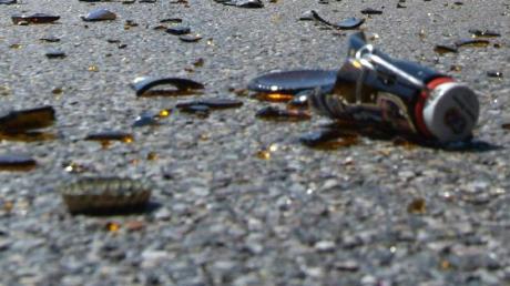 Weil einem 52-Jährigen Bierfahrer beim Entladen am Mittwochvormittag mehrere Bierkästen runterfallen, hilft die Feuerwehr, die Straße wieder frei zu räumen.