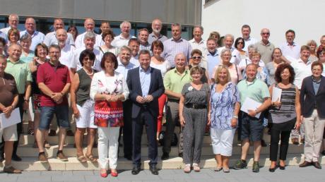 Vor dem Landratsamt in Marktoberdorf versammelten sich die Kreisräte und Bürgermeister mit Landrätin Maria Rita Zinnecker und Landrat Leo Schrell zum Gruppenfoto.