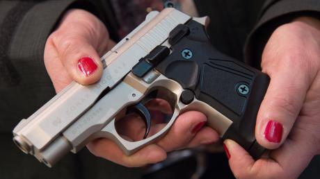 Eine Schreckschusswaffe wie diese wurde bei dem 19-Jährigen gefunden.