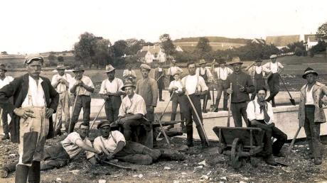 Arbeiter aus Dattenhausen und Ziertheim nach der Fertigstellung der Flussquerung im Jahre 1926.
