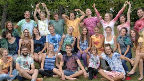 Welch tollen und freudigen Aufenthalt die 25 Mitglieder der Gruppe Freising in Oberliezheim genießen, kann auf diesem Foto an ihren lachenden Gesichtern und den selbst angefertigten Batikshirts abgelesen werden.