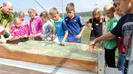 An Flusslandschaftsmodellen konnten die Kinder in Finningen realistisch Hochwasser und Überschwemmungen nachvollziehen. <b>Foto: Paul Heim</b>