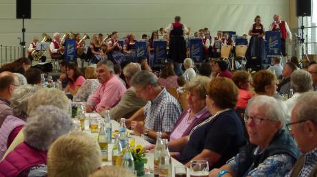 Zum Blasmusik-Festival war die Bachtalhalle gut gefüllt. <b>Foto: Silva Metschl</b>