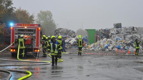 Bei einem Einsatz am frühen Mittwochmorgen bei Bächingen löschten mehrere Feuerwehren aus der Region brennenden Plastikmüll.