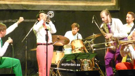 Die Erpfenbrass Band lieferte einen fetzigen Auftritt in der Gemeindehalle Zöschingen. Den Rahmen für die Veranstaltung bot die Kulturbühne Bachtal.