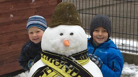 Endlich Schnee: Fabian (5) und Manuel (2) in Gundelfingen.