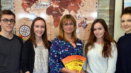 Schüler des Sailer-Gymnasiums danken dem Reisebüro Linder für die Unterstützung des Schulprojekts (von links): Gabriel Scharf, Lena Demharter, Inhaberin Sabine Gumpp, Stephanie Mayrle und Sophie Bienk.