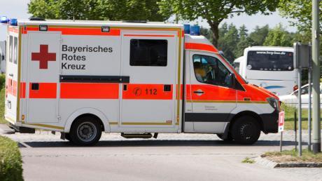 Eine Mann musste nach einem Betriebsunfall in Friedberg ins Krankenhaus gebracht werden.