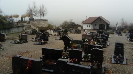 Der Friedhof in Syrgenstein-Altenberg soll umgestaltet werden. Dort, wo bislang die Biotonnen stehen, soll künftig ein WC-Container stehen. Die Tonnen wiederum sollten an die erste Grabreihe neben dem Eingang verlegt werden. In diesem Zusammenhang gab es bei zwei Familien Irritationen.