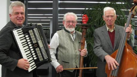 Mit dabei waren die Donauperlen, von links: Walter Manz am Akkordeon, Ludwig Lenzer mit seiner Teufelsgeige und Karl Kling am Kontrabass.