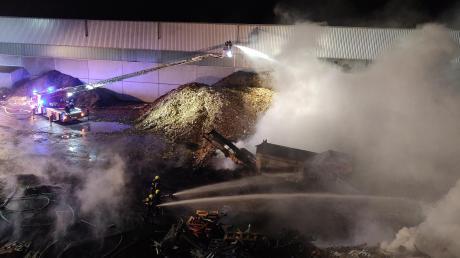 Im Lager der Recyclingfirma WRZ Hörger in Bächingen hat es in der Nacht zum Mittwoch erneut gebrannt. Etwa 140 Einsatzkräfte rückten zum Löscheinsatz an.