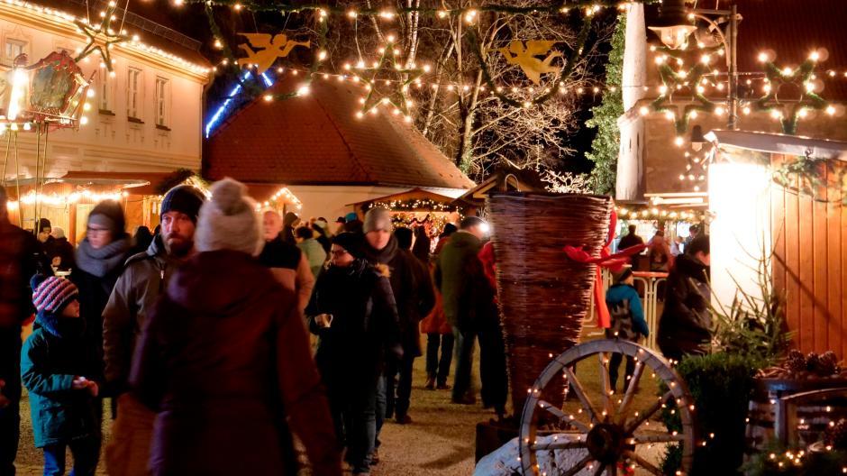 Weihnachtsmarkt Gundelfingen.Landkreis Dillingen Besucher Stürmen Trotz Des Sturms Die