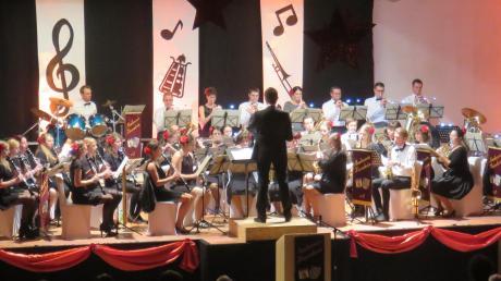 """Beim Jahresabschlusskonzert des Musikvereins Haunsheim herrschte im Kornstadel spanisches Flair. Das Motto des Abends lautete """"Concierto Espagnol"""". Die Zuschauer honorierten die Leistung der Musiker mit lang anhaltendem Applaus."""