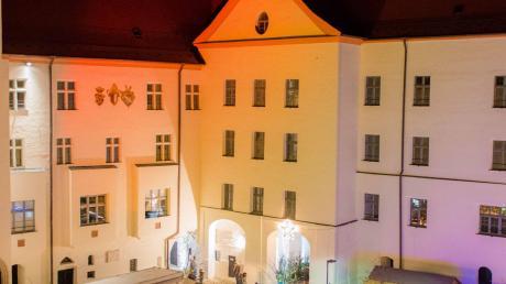 Eine zauberhafte Atmosphäre bietet der Dillinger Christkindlesmarkt im Schlossinnenhof und im Schlossgarten.