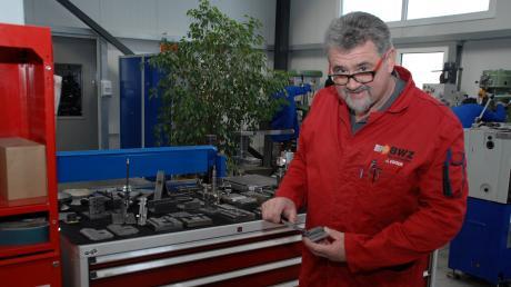 BWZ-Nordschwaben-Inhaber und -Geschäftsführer Johann Egger überprüft mit einer Schublehre Werkstücke der Azubis im Fachbereich Metallverarbeitung.