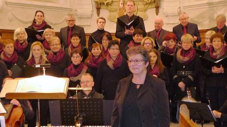 Die Dirigentin Heidrun Krech-Hemminger (Mitte) und die glanzvoll auftretende Liedertafel Haunsheim beim Adventskonzert in der Dreifaltigkeitskirche.